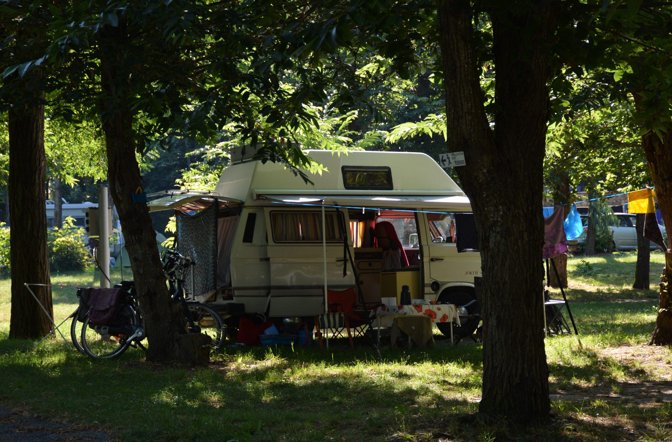 camping car dans les châtaigniers